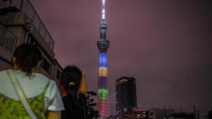 Una vista general muestra el Tokyo Skytree iluminado para marcar un año del comienzo de los Juegos Olímpicos y Paralímpicos de Tokio 2020 pospuestos en Tokio, el 23 de julio de 2020.