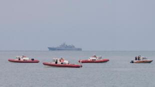 Des sauveteurs russes patrouillent au large de Sotchi en mer Noire à la recherche des corps des victimes du crash.