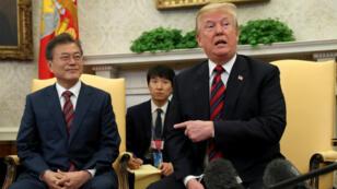 El presidente de Estados Unidos, Donald Trump (derecha) dejó abierta la posibilidad de realizar la cumbre con Kim Jong-un en junio el 22 mayo de 2018.