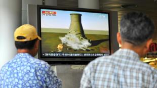 La télévision sud-coréen montrant la simulation de la destruction d'un réacteur du site de réacteur expérimental de Yongbyon.