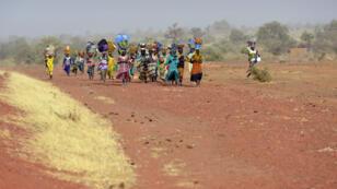 Des femmes de l'ethnie dogon rentrent dans leur village d'origine, qu'elles avaient fui après l'arrivée des islamistes, le 1er février 2013 à Binta.