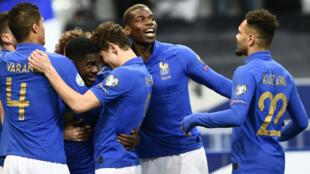 لاعبو المنتخب الفرنسي يحتفلون بالهدف الأول الذي سجله صموئيل أومتيتي في مرمى إيسلندا 25 مارس/آذار 2019