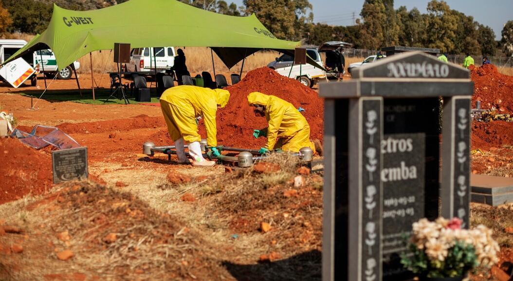 Trabajadores fúnebres entierran a una persona que murió por Covid-19, en el cementerio Westpark, en Johannesburgo, Sudáfrica, el 22 de julio de 2020.