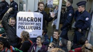 """بعض المتظاهرين في حي الأعمال """"لاديفانس"""" بضاحية باريس، في 19 أبريل/نيسان 2019."""