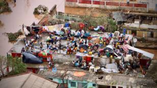 Des personnes rassemblées sur le toit d'une maison à Buzi après le passage du cyclone Idai, le 20mars2019.
