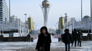 "La capitale kazakhe, ancienne ""Astana"" rebaptisée ""Noursoultan"", et sa tour Bayterek, en janvier2017."