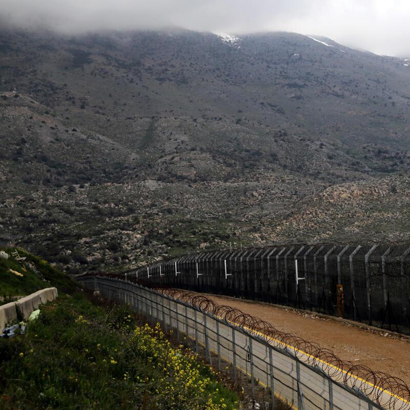Las cercas se ven en la línea de alto el fuego entre Israel y Siria en los Altos del Golán.