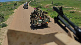 Des soldats somaliens patrouillent dans un convoi près de la base militaire de Sanguuni, où un soldat américain a été tué par une attaque au mortier au sud de Mogadiscio en Somalie, le 13 juin 2018.