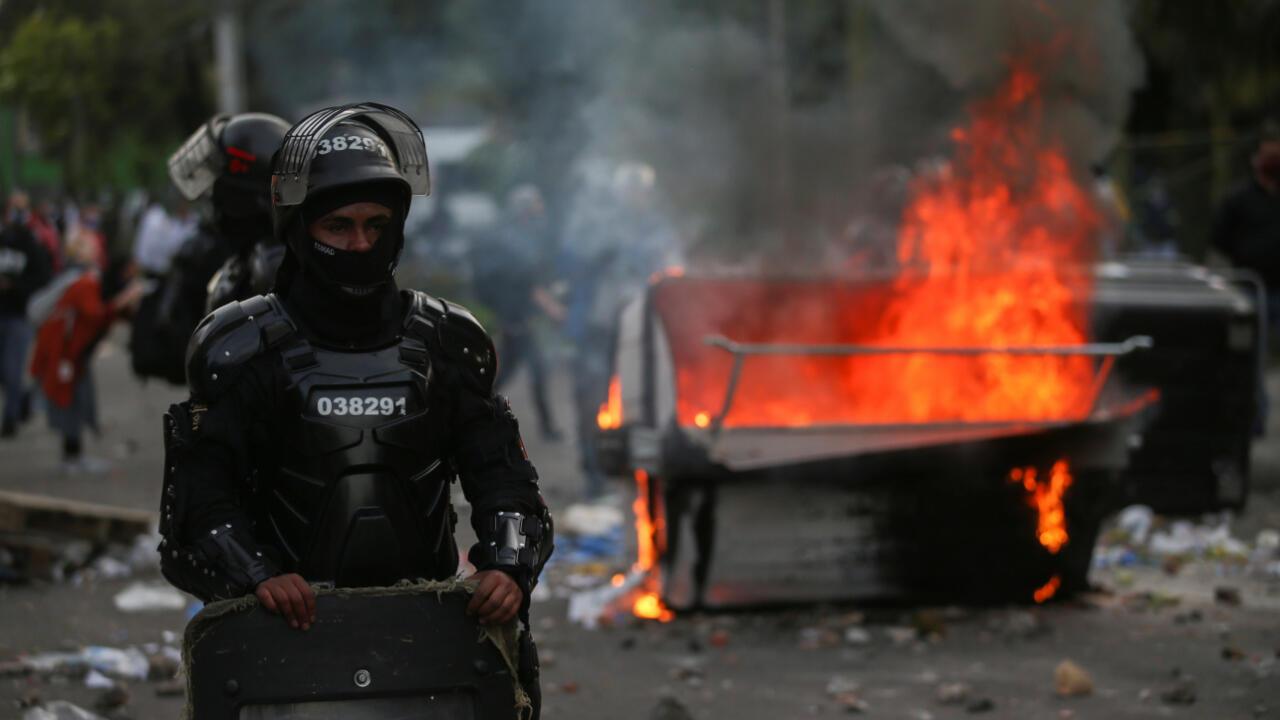 Los disturbios comenzaron en el barrio Villa Luz, en Bogotá, Colombia, en contra del puesto de la policía donde retuvieron al abogado Javier Ordóñez minutos antes de que él falleciera tras la brutalidad policial.