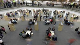 Personas votando en los colegios electorales del centro de convenciones Corferias en Bogotá durante la primera vuelta de las elecciones presidenciales en Colombia, el 27 de mayo de 2018