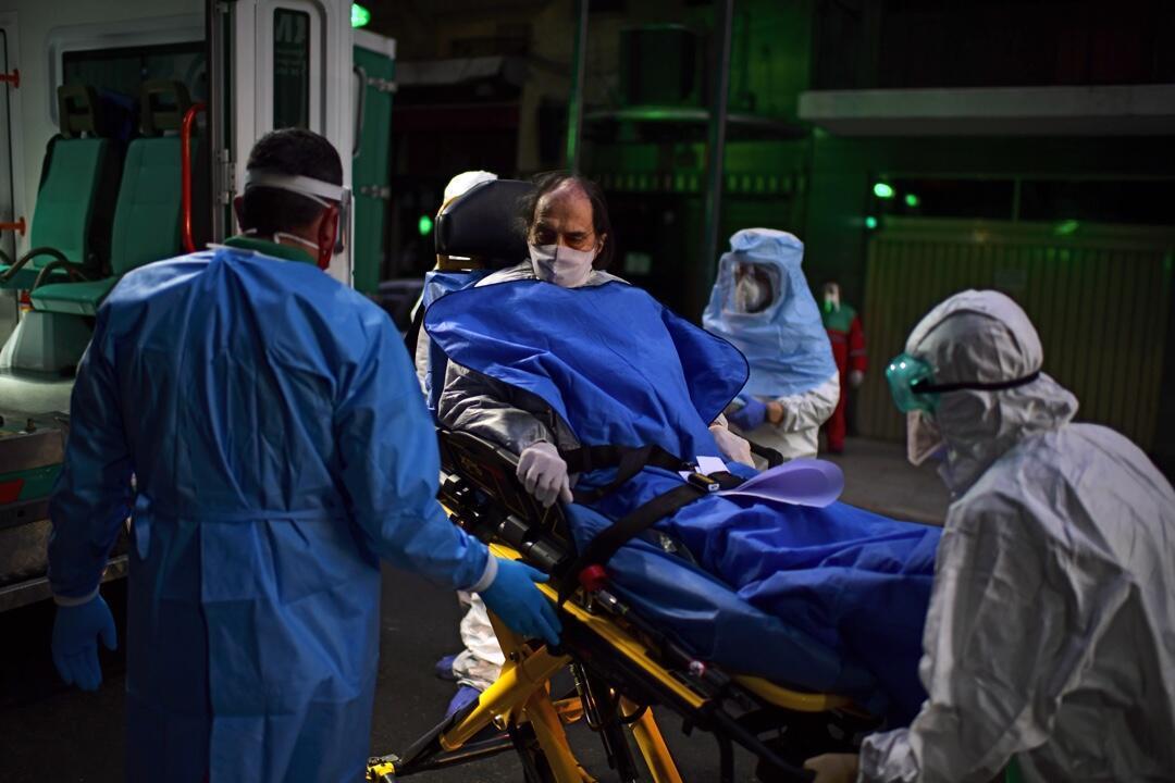 Un paciente con síntomas del nuevo coronavirus es trasladado a un hospital en Buenos Aires, Argentina, el 7 de mayo de 2020.