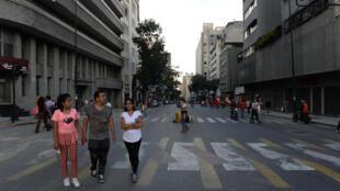 Varias personas esperan en la calle tras haber evacuado edificios de Caracas por un terremoto el 21 de agosto de 2018