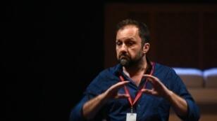 المخرج أوليفيه لوتوليه خلال بروفة تدريبية على المسرحية في 28 يونيو 2016