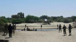 Soldats nigériens face à des combattants de Boko Haram, mi-janvier 2015 à Bosso. Au loin, un drapeau des jihadistes.