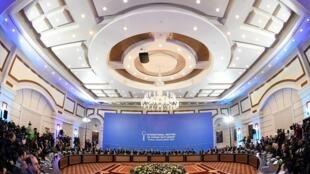 وفدا النظام والفصائل المعارضة ووفود الدول الراعية حول طاولة مستديرة في افتتاح مباحثات أستانة في 23 ك2/يناير 2017