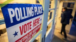 """Un électeur entre dans le Madison Community Center pour participer à la primaire démocrate lors du """"Super Tuesday"""", mardi 3 mars 2020, à Arlington, près de Washington."""