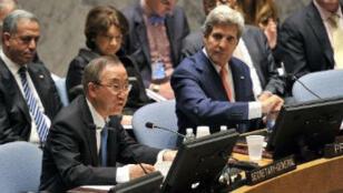 John Kerry (à dr.) et le secrétaire général de l'ONU Ban Ki-Moon