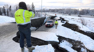 Un vehículo varado se encuentra en una carretera colapsada cerca del aeropuerto después de un terremoto en Anchorage, Alaska, el 30 de noviembre de 2018.