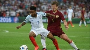 تعثر ستيرلينغ (يسار) وانتكلرا في بداية كأس الأمم الأوروبية 2016.