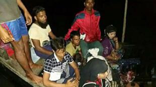 صورة وزعها خفر السواحل البنغلادشي في 19 آب/أغسطس 2017 لمركب لاجئين من الروهينغا تمت إعادته إلى بورما بعد ضبطه على نهر ناف الحدودي