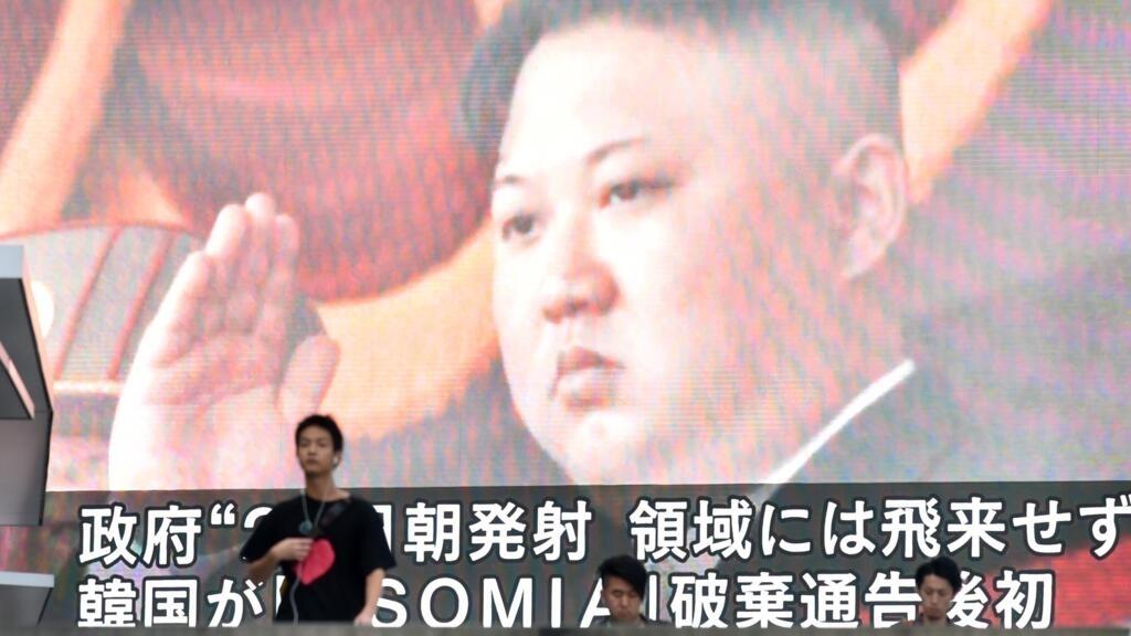 Le leader nord-coréen Kim Jong-un sur un écran géant à Tokyo, le 24août2019.