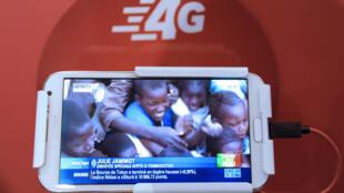 Une vidéo de BFM TV lors du lancement du réseau mobile SFR 4G le 29 janvier 2013 à La Défense dans les Hauts-de-Seine
