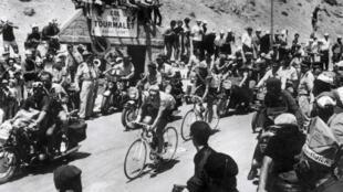 """Eddy Merckx surnommé """"le cannibale"""" passe en tête devant son coéquipier Martin Van Den Bossche dans le sommet du Tourmalet, le 15 juillet 1969"""