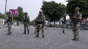Des gardes surveillent les rues de Jammu, au Cachemire, le 6 août 2019.