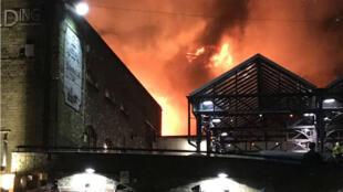 Les étages du marché de Camden à Londres en proie aux flammes, le 10 juillet 2017.