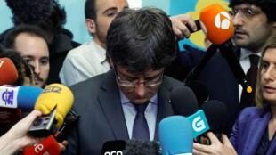 El expresidente catalán Carles Puigdemont se dirige a los medios después de una reunión con Roger Torrent, presidente del Parlamento catalán, en Bruselas, Bélgica, el 24 de enero de 2018.