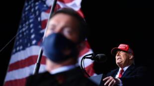 الرئيس الأميركي دونالد ترامب يتحدث خلال تجمع انتخابي في ويسكونسين في 17 تشرين الأول/اكتوبر 2020