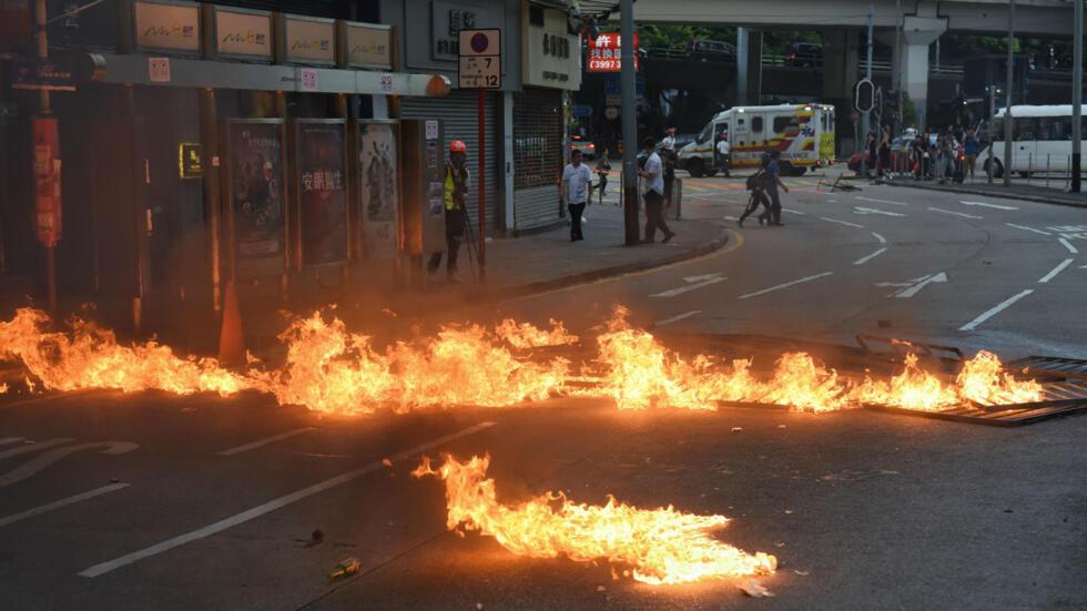 Una barricada prendida en llamas bloquea una calle durante una protesta en Hong Kong, el 2 de noviembre de 2019.