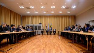الموفد الأممي ووزيرة الخارجية السويدية مع الوفدين المفاوضين اليمنيين 6 كانون الأول/ديسمبر 2018