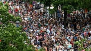 المتظاهرون ضد الرئيس الفرنسي إيمانويل ماكرون في أحد شوارع باريس في 26 أيار/مايو 2018
