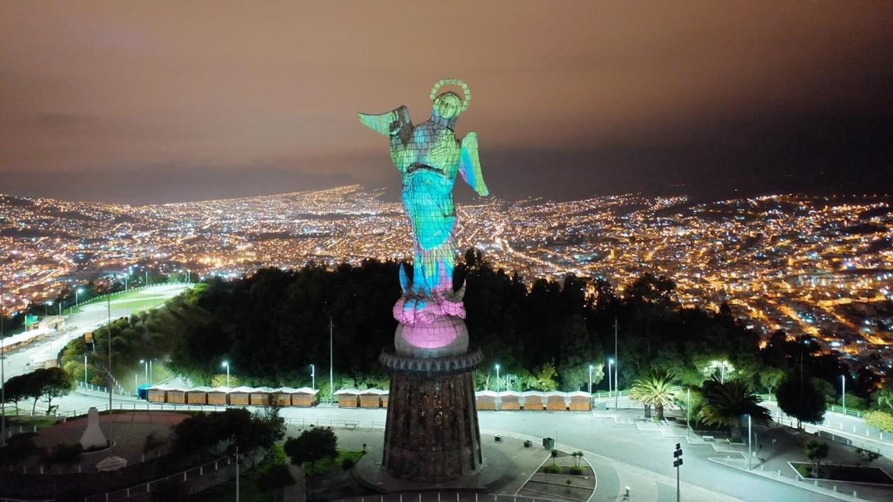 """La """"Virgen de Legarda"""" fue iluminada con el reflejo del escudo de una de las instituciones encargadas de combatir la propagación del coronavirus."""