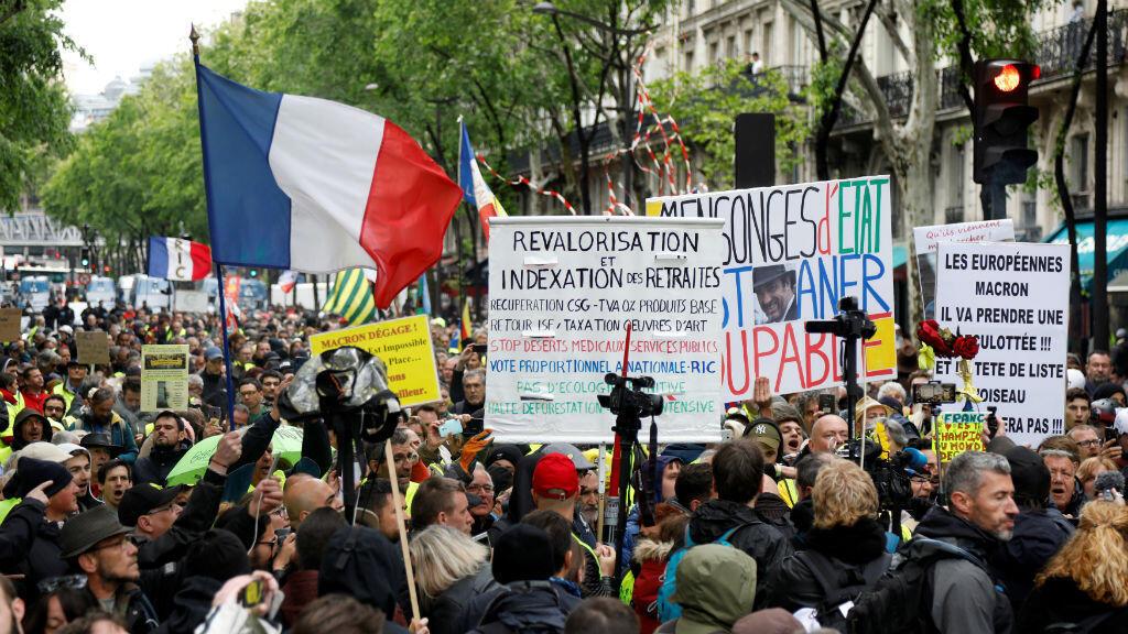 Los manifestantes que usan chalecos amarillos asisten a una manifestación en París, Francia, el 4 de mayo de 2019.