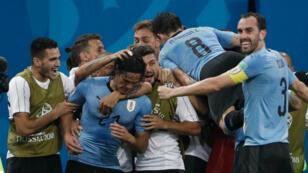 Edinson Cavani celebra con sus compañeros el segundo gol del partido