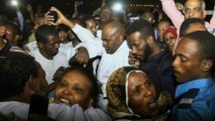 ناشطون مفرج عنهم في أحضان أقارب لهم أمام سجن كوبر في الخرطوم 18 شبان/فبراير 2018