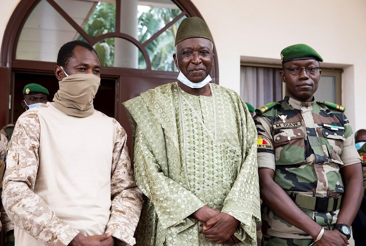 En la imagen, el coronel Assimi Goïta, con Ba N'Daou y el coronel Malick Diaw durante una reunión con la Comunidad Económica de África Occidental (CEDEAO) en Bamako, Mali, el 24 de septiembre de 2020.