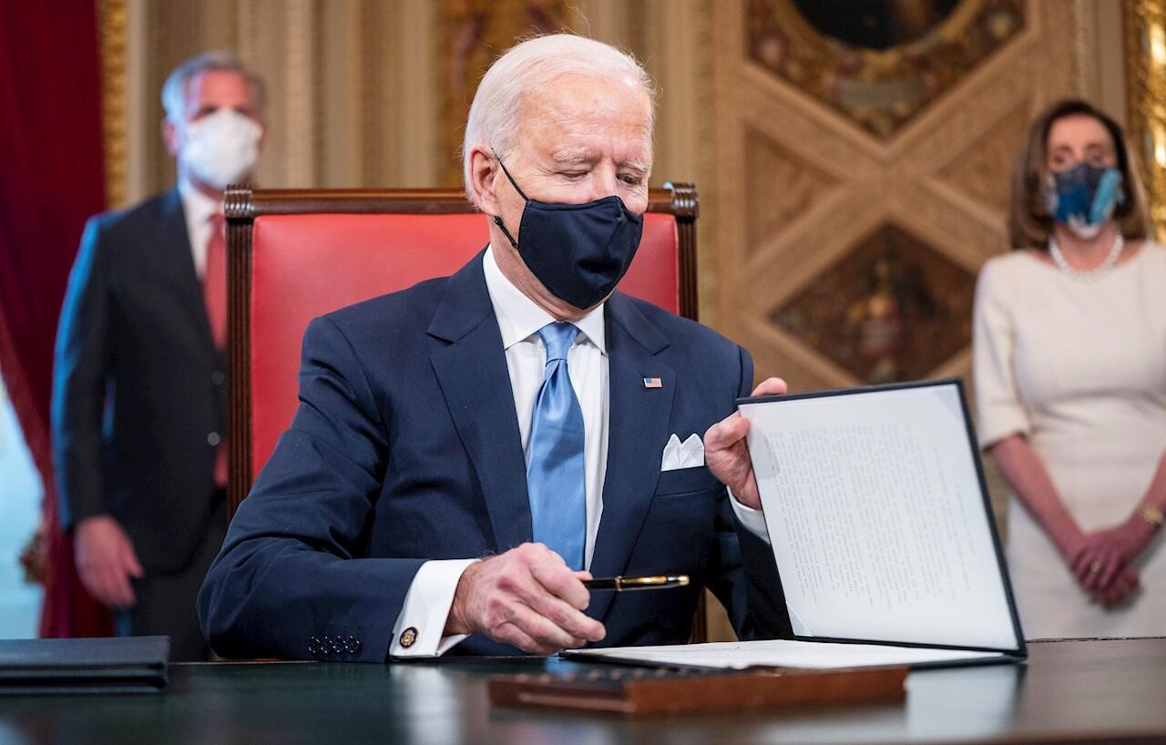 El presidente de EE.UU., Joe Biden, firma documentos en el Capitolio, este 20 de enero de 2021.