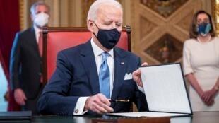 Presidente ante la firma decretos