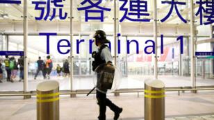 Un policier hongkongais chargé de sécuriser l'aéroport, le 13août2019.