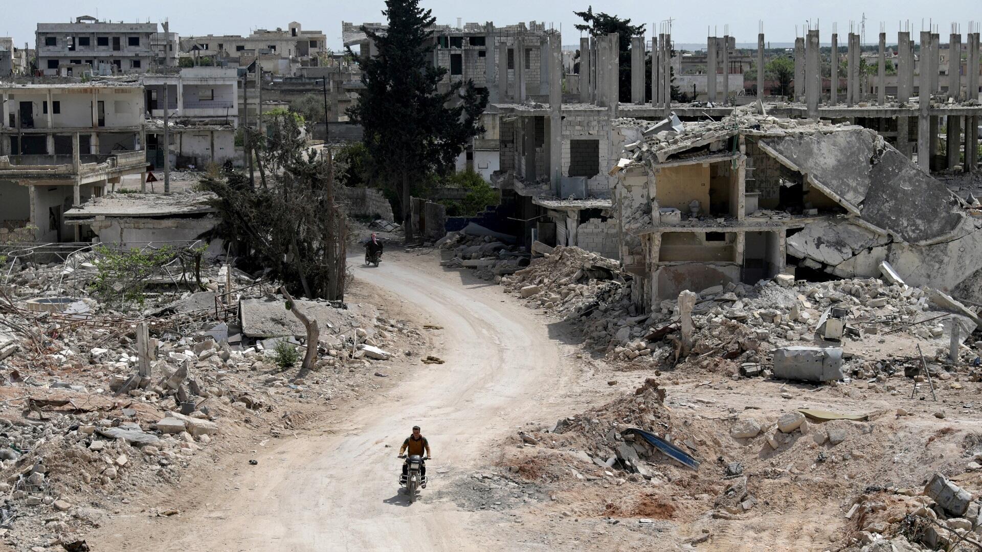 آثار الدمار الناجم عن القصف في بلدة النيرب بمحافظة إدلب شمال غرب سوريا، 17 أبريل/نيسان 2020.