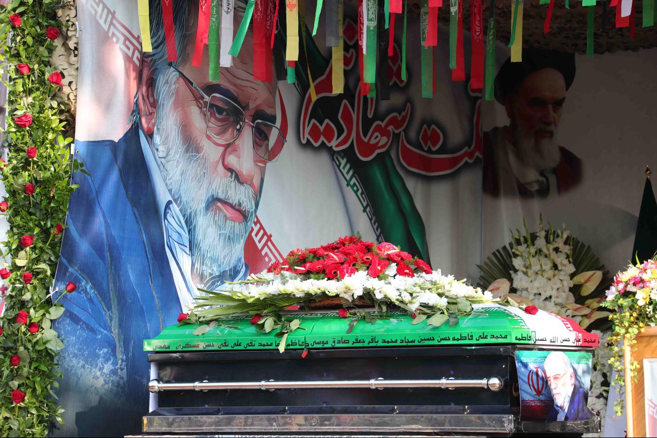El ataúd del científico nuclear iraní Mohsen Fakhrizadeh aparece en la foto durante una ceremonia fúnebre en Teherán, Irán, el 30 de noviembre de 2020.