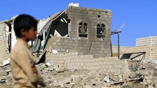 Un niño yemení se encuentra en medio de los escombros de un edificio destruido por los ataques aéreos liderados por Arabia Saudita en la capital de Yemen, Saná, el 1 de febrero de 2019.