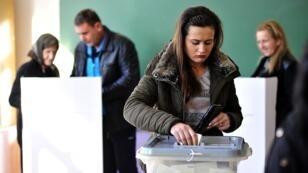 سيدة تدلي بصوتها في الانتخابات التشريعية المقدونية في 11 كانون الأول ديسمبر 2016