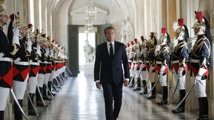 Emmanuel Macron se dirigeant vers l'Hémicycle pour s'adresser au Parlement réuni en Congrès à Versailles, le 9 juillet 2018.
