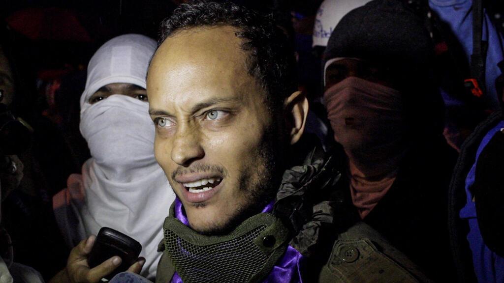 Fotografía de archivo del 13 de julio de 2017 que muestra a Óscar Pérez, agente del Cuerpo de Investigaciones, Científicas, Penales y Criminalísticas (Cicpc), mientras participa en una marcha nocturna en Caracas (Venezuela).