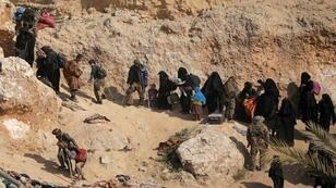 """مقاتلو تنظيم """"الدولة الإسلامية"""" وعائلاتهم يسلمون أنفسهم في الباغوز 12 مارس 2019"""