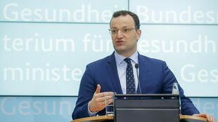 Jens Spahn habla durante una rueda de prensa que dio en la sede de su ministerio, el 29 de abril de 2020 en Berlín